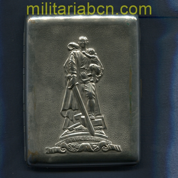 USSR Soviet Union. Cigarette case representing the Soviet Soldier of the Treptower Park in Berlin. militariabcn.com