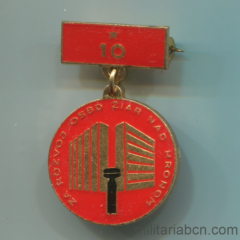 Militaria Barcelona Socialist Republic of Czechoslovakia. Medal for the 10th Anniversary of the Development of the Žiar nad Hronom region in Slovakia. With origin box and lapel badge. Full
