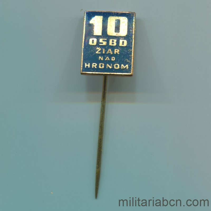 Militaria Barcelona Socialist Republic of Czechoslovakia. Medal for the 10th Anniversary of the Development of the Žiar nad Hronom region in Slovakia. With origin box and lapel badge. Pin