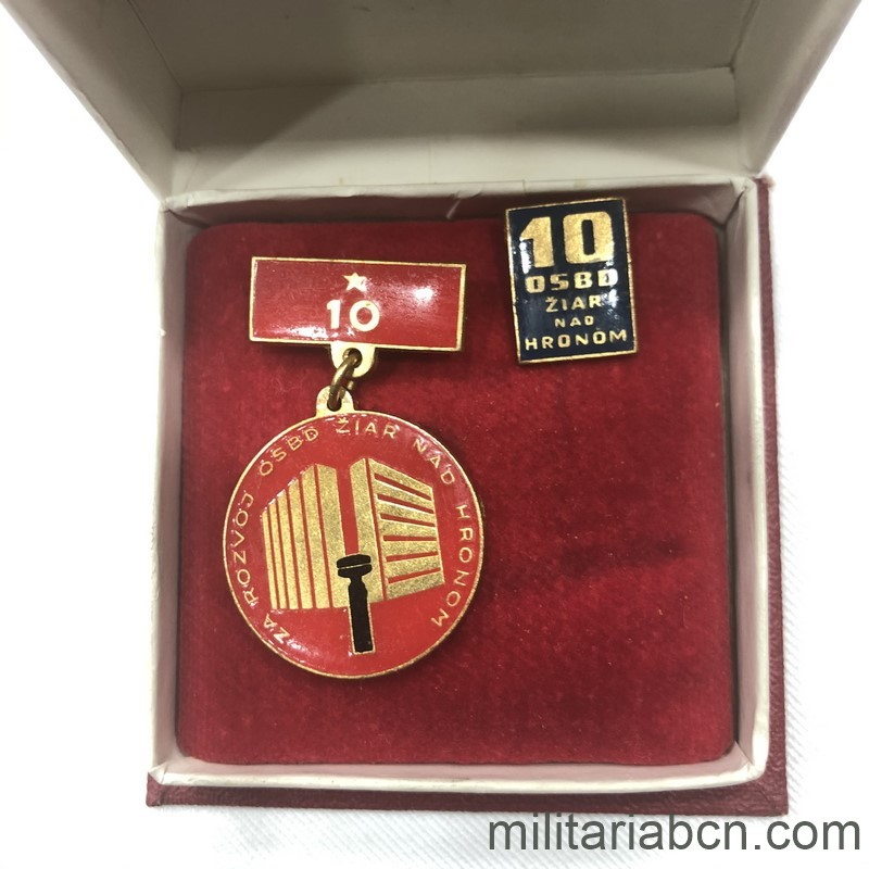 Militaria Barcelona Socialist Republic of Czechoslovakia. Medal for the 10th Anniversary of the Development of the Žiar nad Hronom region in Slovakia. With origin box and lapel badge.