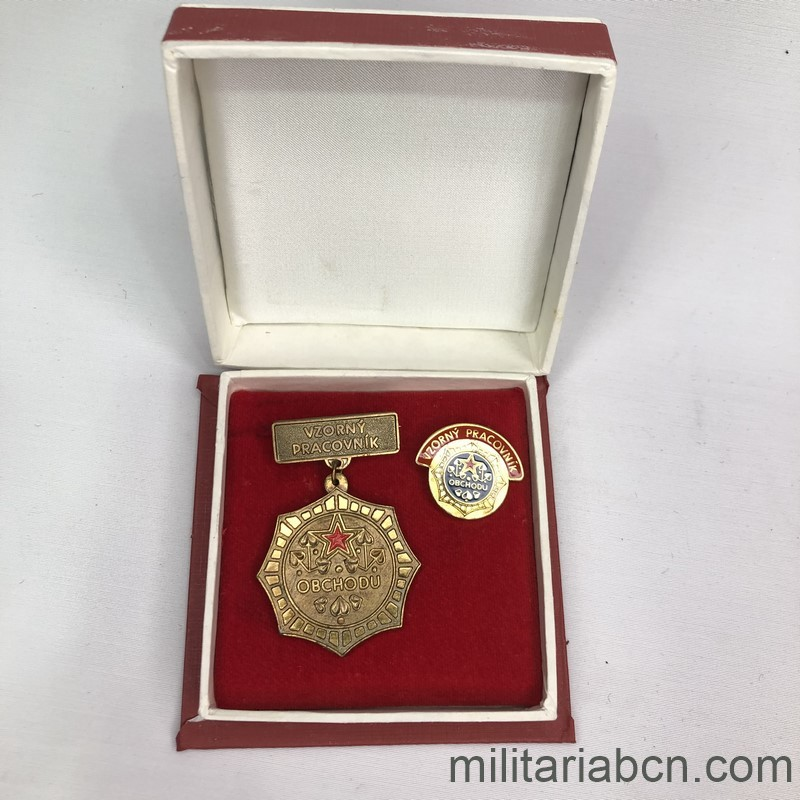 Militaria Barcelona Socialist Republic of Czechoslovakia. Exemplary Worker Medal of the Ministry of Labor and Commerce OBCHODU. With lapel badge and original box.