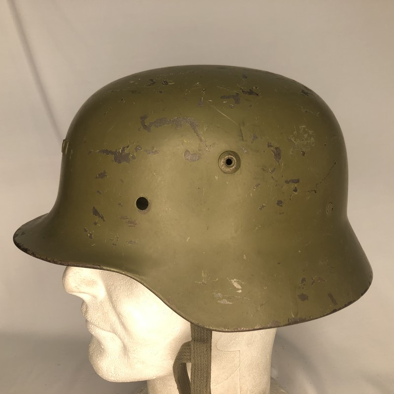Militaria Barcelona Germany III Reich. M35 helmet with Spanish interior, 2nd model. It was ceded to Spain during the Civil War by the Condor Legion and later recovered by the Spanish Army. Left side