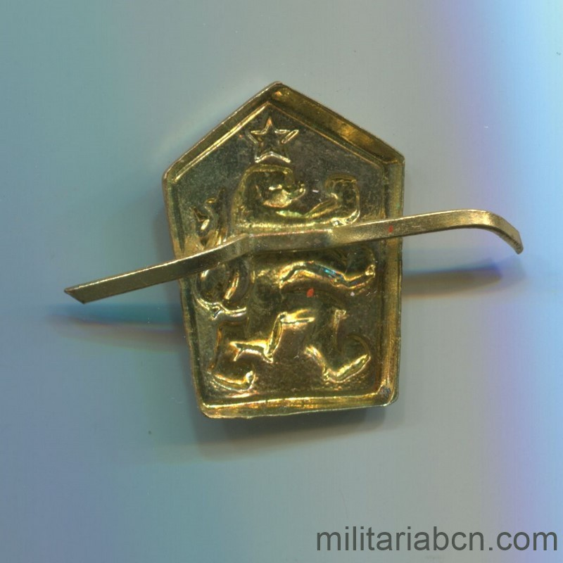 Militaria Barcelona Czechoslovak Republic. Army cap badge. Socialist era reverse