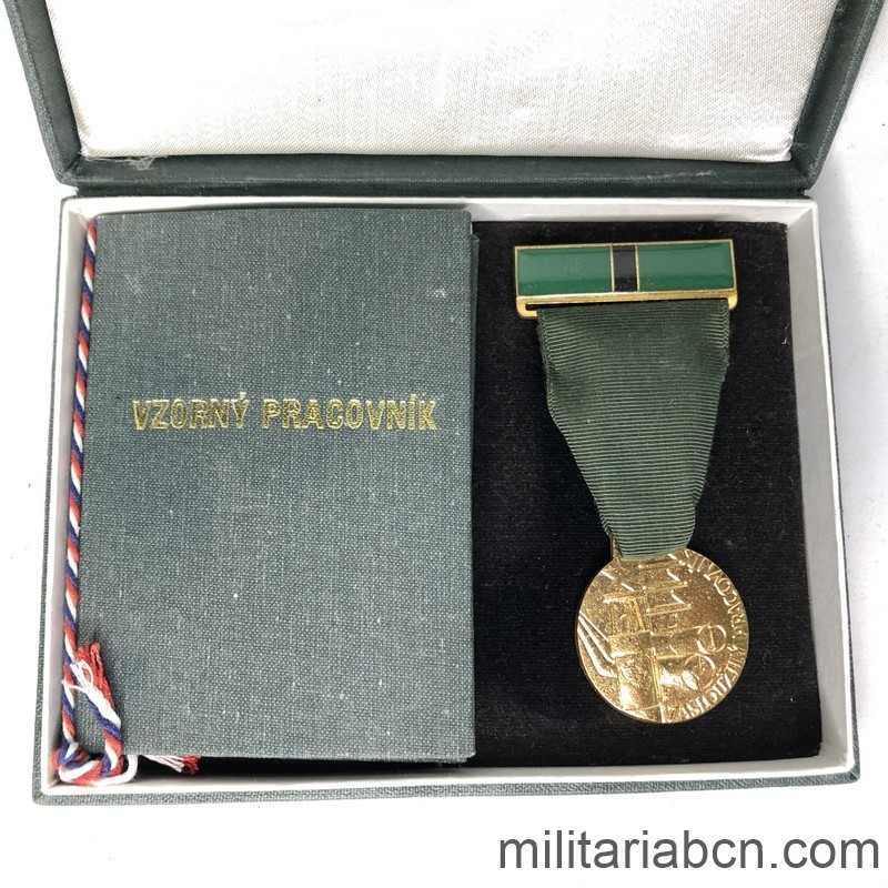 Militaria Barcelona Czechoslovak Socialist Republic. Medal of Merit for the Worker in the Department of Fuels and Energy. With caeard dovument and original box.