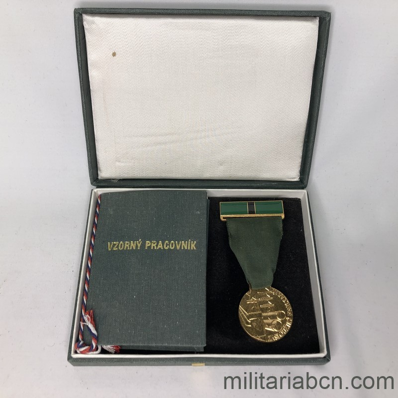 Militaria Barcelona Czechoslovak Socialist Republic. Medal of Merit for the Worker in the Department of Fuels and Energy. With caeard dovument and original box. Box