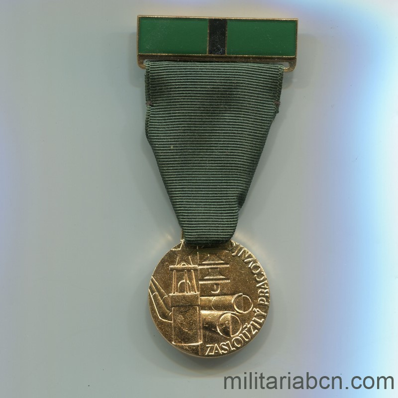 Militaria Barcelona Czechoslovak Socialist Republic. Medal of Merit for the Worker in the Department of Fuels and Energy. With caeard dovument and original box. medal