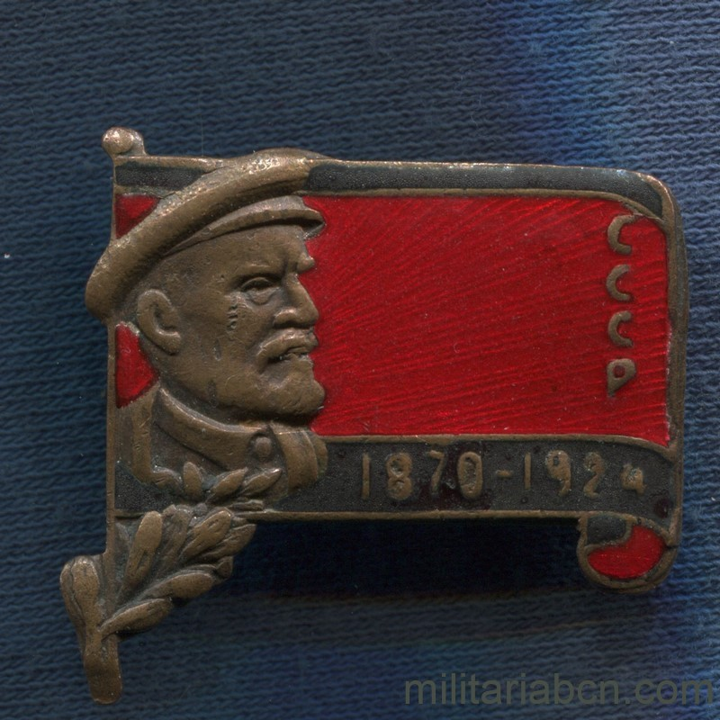 Militaria Barcelona USSR Soviet Union. Badge for Lenin's funeral. 1924 year. Variant of Lenin with cap and laurels.
