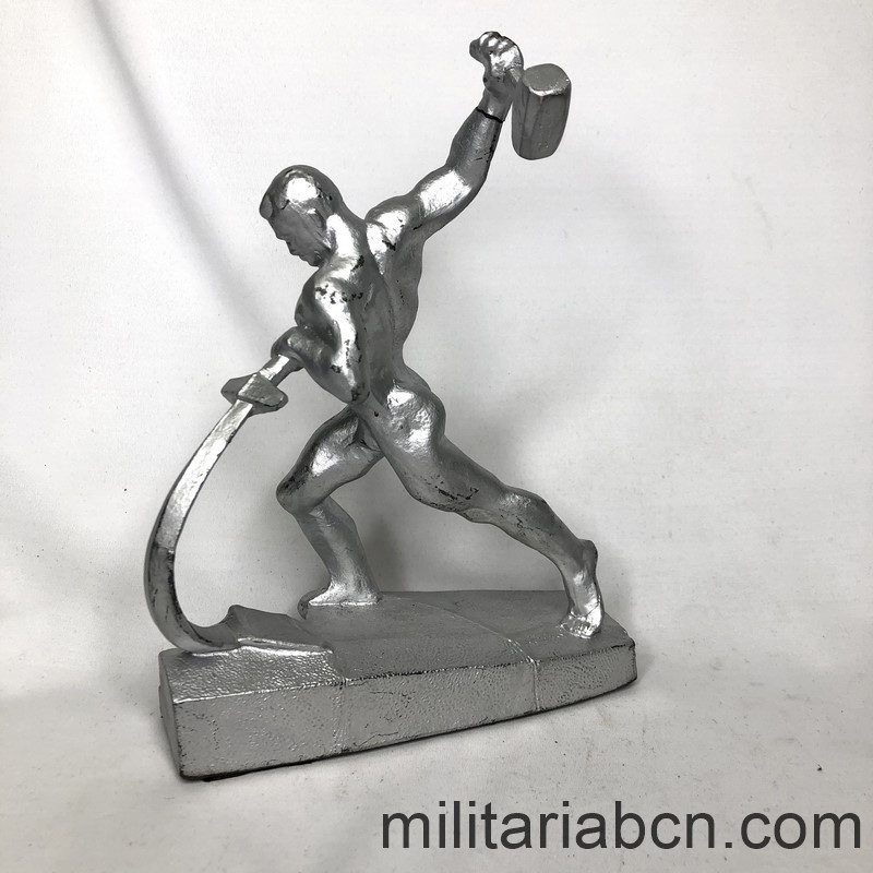 Militaria Barcelona USSR Soviet Union. Soviet figure, Beat swords into ploughshares left